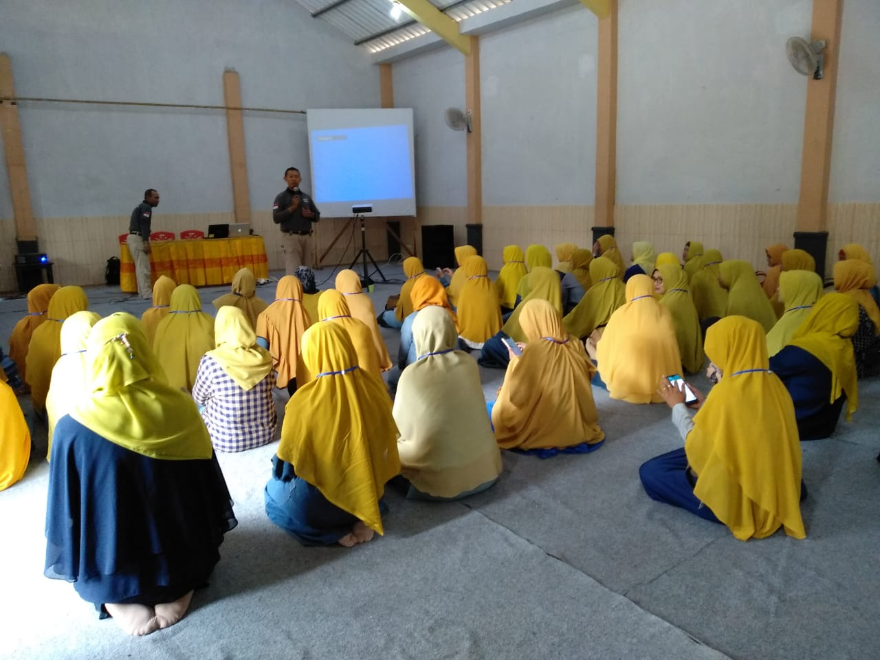 Family Gathering dan Parenting Literasi - Lentera Camp Trawas